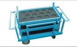 パレットを3段重ねて運搬する台車
